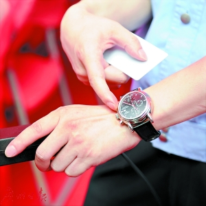 警方称新版百元暂无逼真假钞 芯片卡无法复制