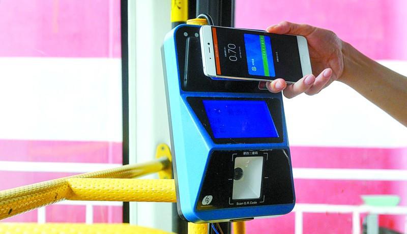 """刷手机和银行卡就能搭乘公交车了!昨日,佛山市182线路全线开通金融IC卡闪付、手机NFC支付功能,意味着市民乘车时除了现金和公交卡,还可使用手机和银行卡付费。    记者昨日体验发现,银行卡闪付和手机支付功能可顺利乘车。但是,大部分市民仍习惯使用公交卡乘车,且目前仅有部分品牌机型具备NFC支付功能。市交通运输局昨日发布搭乘公交车多元化支付相关消息,今年9月有望实现""""扫码""""乘车。    体验    尝鲜新方式市民赞便利    昨日,一辆182线路公交车上,全新的车载终端机除了刷卡区和屏幕外,最下方还增加了""""扫二维码""""窗口。记者将带有闪付功能的金融IC卡贴在刷卡区后顺利支付了2元车费,终端机屏幕则显示出电子钱包余额。随后,记者又用小米5手机,通过""""小米钱包""""APP中的公交卡功能添加了车卡,支付29元开卡费和充值后,使用手机刷卡上车,还能享受和刷公交卡同样的7折优惠。    """"差不多有10名乘客是刷银行卡或者手机坐车的,都是年轻人。""""昨日中午,开了来回两趟182路公交车的张师傅说,目前大部分市民仍习惯刷公交卡乘车。    """"挺方便的,忘记带卡或者来不及充值时就可以用手机乘车,手机刷卡还有7折优惠。""""市民黎先生尝试用手机刷卡乘车,大赞新方式很便利。不过,也有市民在体验银行卡支付车费过程中遭遇""""余额不足""""的尴尬。原来,金融IC 卡电子钱包要提前圈存,否则终端机就会显示""""余额不足""""而刷卡不成功。    182线路连接城北中学总站至东平大桥公交枢纽总站,途经佛山中心城区多个站点,全线共有11辆车,目前已全线试行金融IC卡闪付、手机NFC支付功能。     现状    闪付须圈存机型有限制    刷金融IC卡闪付乘车,对银行卡有何要求?据介绍,银行卡上带有""""闪付""""标识的芯片银行卡就相当于具备电子现金""""闪付""""功能。持卡人在使用""""闪付""""功能乘车前,要确保金融IC卡电子现金有足够的余额。因此,市民要提前对电子现金进行圈存。目前,支持电子现金圈存的设备包括ATM 机、POS机、银联网络推出的可随身携带的""""易POS""""等。    通过手机NFC支付功能乘车,市民则需提前在手机的钱包程序进行""""空中办卡""""并在线充值,搭乘公交车时不需要使用移动网络,靠近车载终端(或其他消费终端)即可完成支付。佛山市广佛通电子收费营运有限公司相关技术人员介绍,由于涉及支付安全需要,手机供应商要定制基于NFC功能的安全模块,暂时只有华为、小米两个品牌的部分型号手机支持NFC支付,后续还将有更多品牌、更多型号的手机加入。    市交通运输局副局长庄儒耀指出,多元化支付搭乘公交车将提升市民搭乘公交体验,方便市民公交出行,助推佛山智慧城市的建设。    展望    二维码支付9月可启用    佛山公交还将启用二维码支付,该功能目前还在内测阶段,预计9月推出正式版上线公测。    怎样才能用二维码坐公交?待广佛通宝APP正式上线后,市民安装APP并通过""""微信钱包""""进行预充值。乘车时,通过手机APP生成广佛通宝支付二维码,并将二维码对准公交车载机扫码器刷码即可完成支付。广佛通方面透露,接下来将积极与现今主流二维码运营商沟通,争取让其融入平台。下一步,佛山公交将根据试点运行情况,进一步制定多元化支付铺开计划。    乘车费用方面,手机NFC支付和传统广佛通公交卡享有同样的优惠,但金融IC卡闪付与手机二维码支付则暂无乘车优惠。    除公交车外,地铁广佛线、公共自行车等也开始试点多元化支付。记者昨日从广东广佛轨道交通有限公司了解到,目前地铁广佛线全线所有闸机全部支持银联IC卡支付,使用二维码过闸机功能也进入调试阶段,待调试完成可开放使用。"""