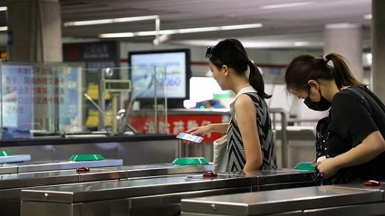 """从""""尝鲜""""到普及仅8个月 上海移动支付乘地铁占比超过30%"""